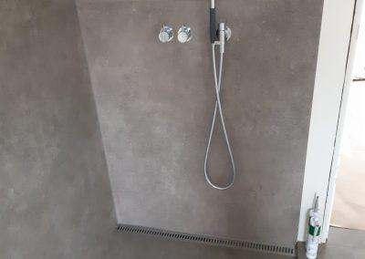 Stort flise-badeværelse